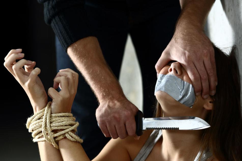 Das Opfer wurde gefesselt und mit Messern bedroht (Symbolbild).