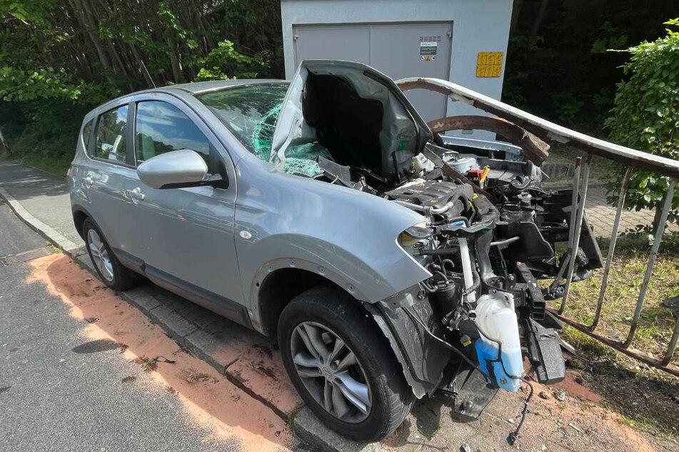 Geländer-Crash im Erzgebirge: Fahrer im Krankenhaus