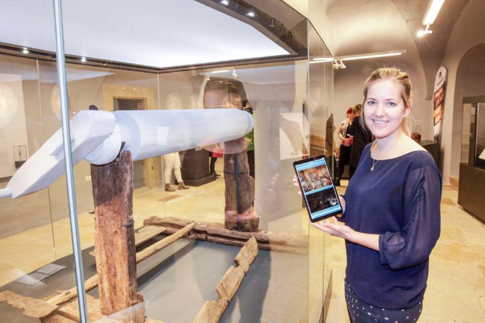 Linda Burghardt (31), stellvertetende Museumsleiterin, zeigt den Medienguide.