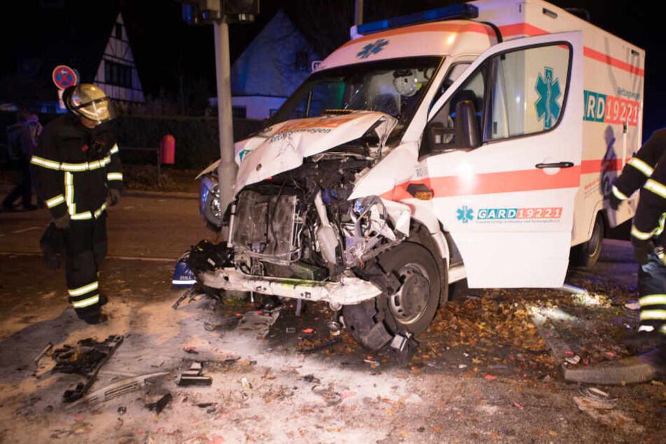 Der Krankenhagen stieß mit dem Auto zusammen und krachte dann gegen ein Schild.