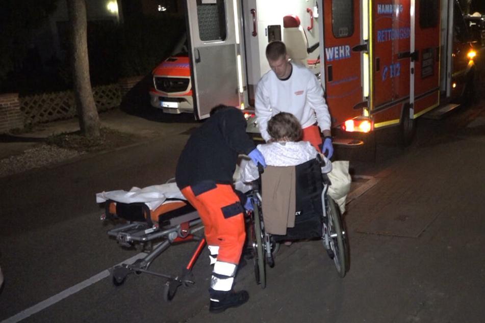 Die Einsatzkräfte retteten Bewohner aus dem brennenden Pflegeheim und brachten sechs von ihnen per Rettungswagen in ein Krankenhaus.