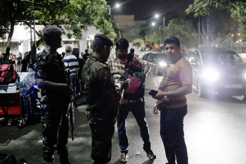 Nach eine Reihe von Anschlägen am Ostersonntag stehen Soldaten für die Sicherheit am Internationalen Flughafen Colombo Bandaranaike Wache.