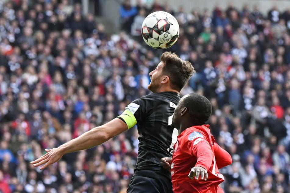 In der Luft obenauf: Eintracht-Kapitän David Abraham im Kopfball-Duell mit dem Mainzer Anthony Ujah.