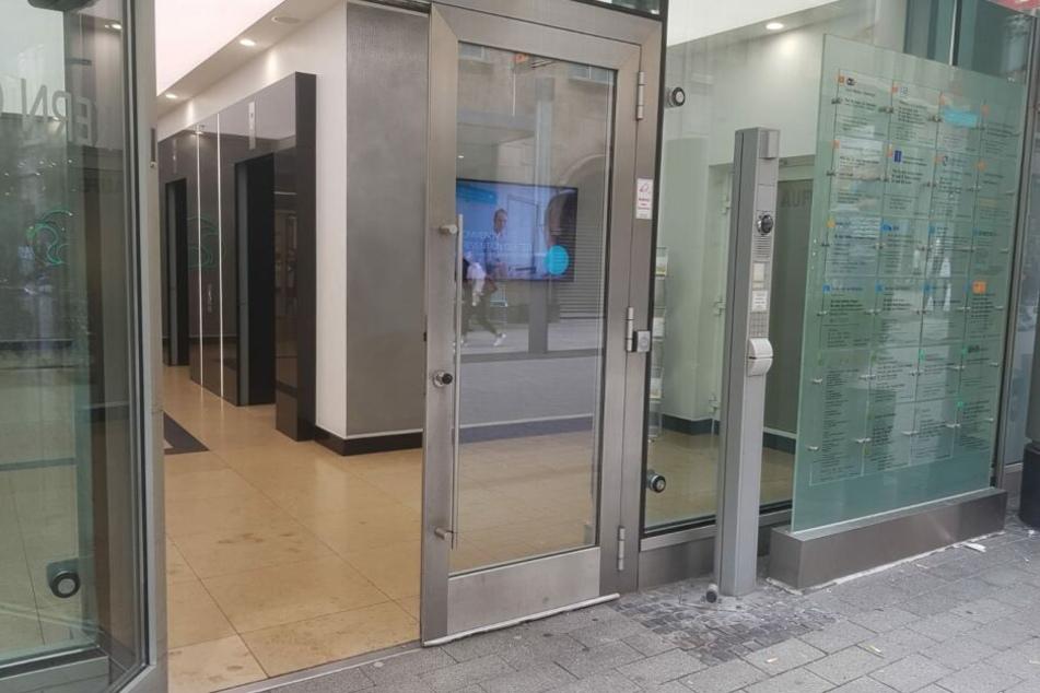 Eingang zu dem Gebäude am Kölner Neumarkt, in dem sich die Praxis befindet.