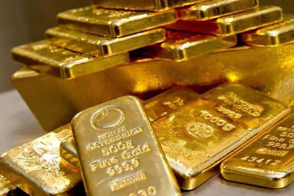 500.000 Euro und 19 Goldbarren im Wert von 700.000 Euro händigte die Frau den Trickbetrügern aus.