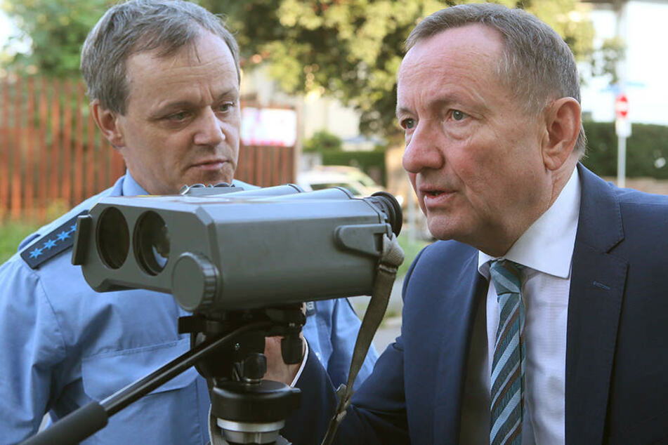 Innenminister Holger Poppenhäger (60, SPD) warf einen Blick durch das Geschwindigkeitsmessgerät.
