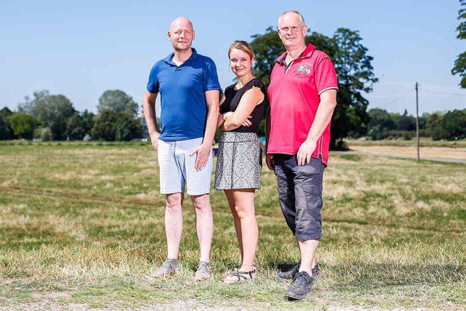 Mathias Beyer (48, l.), Projektleiter und Katja Hilbert (26), Vereins-Geschäftsführerin, mit Fährgarten-Wirt Jens Bauermeister (54).