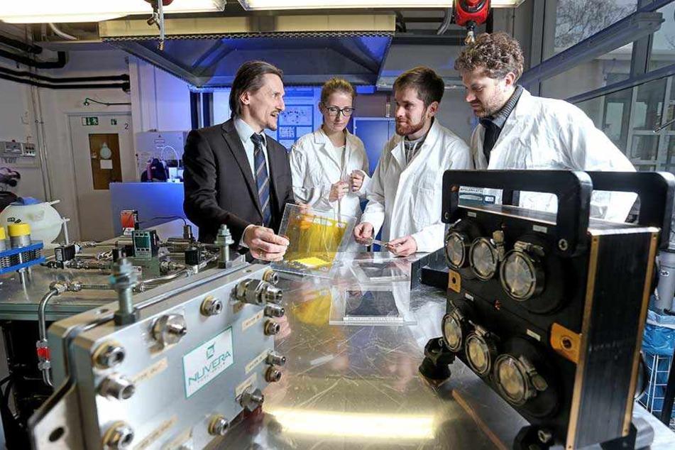 TU-Forscher: (v.l.) Thomas von Unwerth, Kristin Meyer, Karl Lötsch und Felix Rudolf.