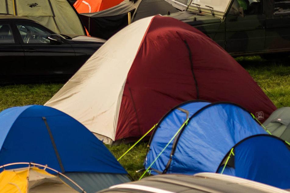 Während das Pärchen in seinem Zelt schlief, rollte draußen der Skoda auf sie zu (Symbolbild).