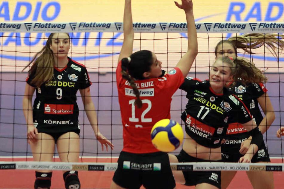 Eine Szene vom Dresdner 3:2-Sieg in Bayern: Camilla Weitzel hat gegen Vilsbiburgs Neira Ortiz Ruiz zugeschlagen.