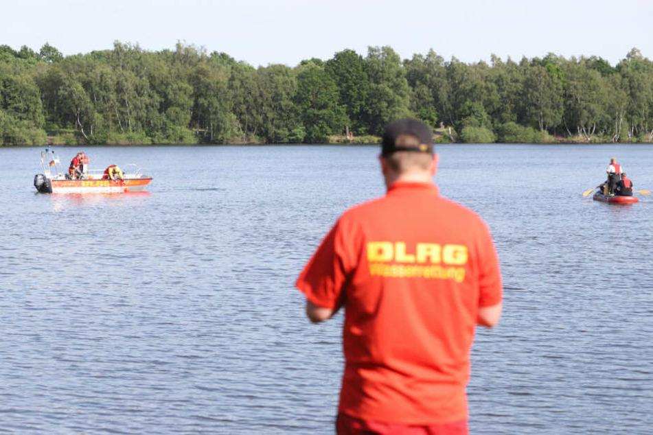 Boote der DLRG suchen den See nach dem Vermissten ab.
