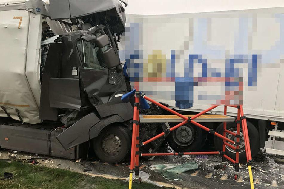 Der Lkw-Fahrer krachte ungebremst in das Stauende und verstarb noch vor Ort.