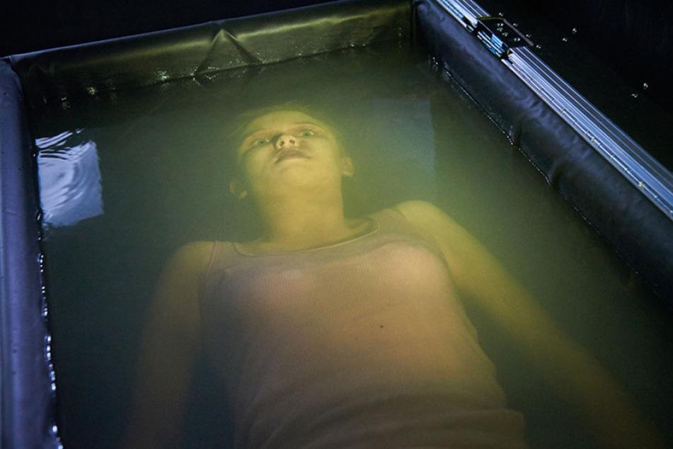Szene mit der Leiche einer Prostituierten, zu der der abgetrennte Finger passt, der den Kommissaren geschickt wurde.