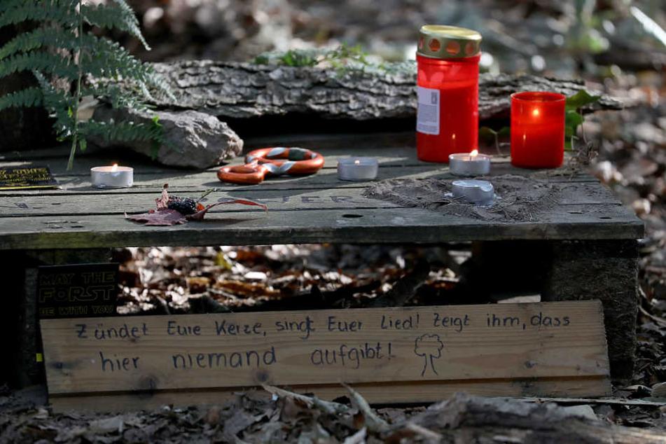Mit Kerzen erinnerten die Aktivisten an den Toten.
