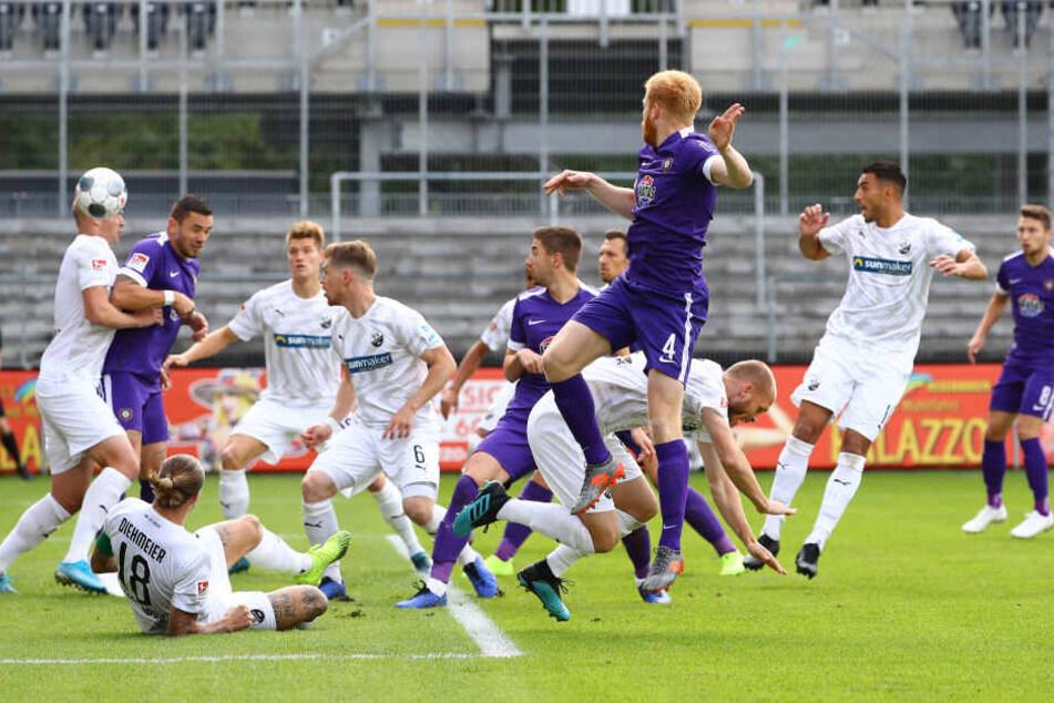 In Sandhausen stieg Fabian Kalig nach einem einstudierten Eckball am höchsten und köpfte Aleksandr Zhirov (l.), von dem der Ball ins Tor sprang.