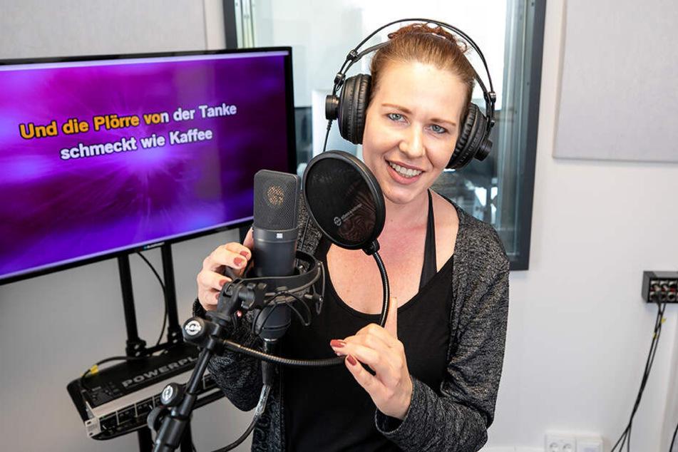 Ivonne (27) durfte im neuen Studio von Matthias Weigold (36) schon mal Probe singen.