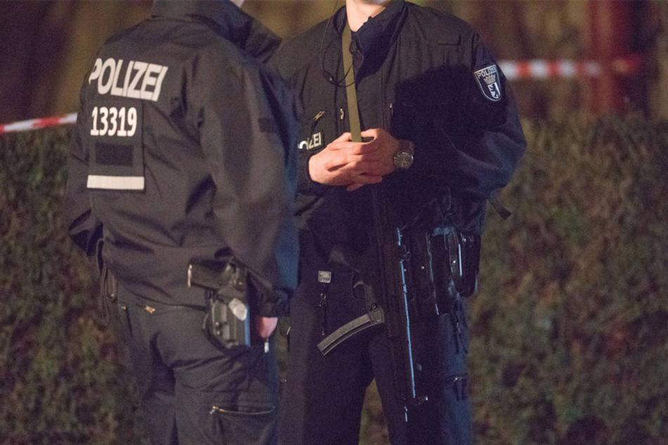 Stundenlang harrten Beamte, Ärzte und Sanitäter rund um den Tatort in der Delphinstraße aus.