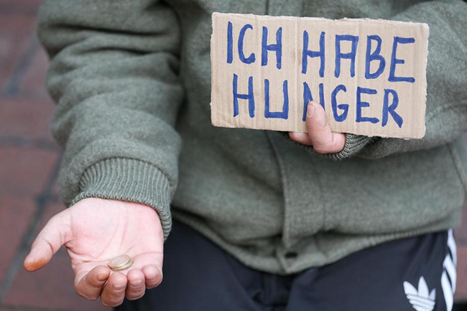 Ein junger Mann muss für sein Essen auf der Straße betteln. (Symbolbild)