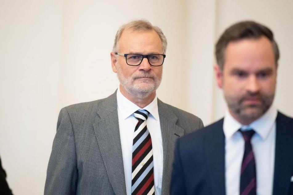 Gunnar Solberg (l), Sohn des norwegischen KZ-Überlebenden Johan Solberg, kommt mit seinem Anwalt Patrick Lundevall-Unger in den Gerichtssaal.