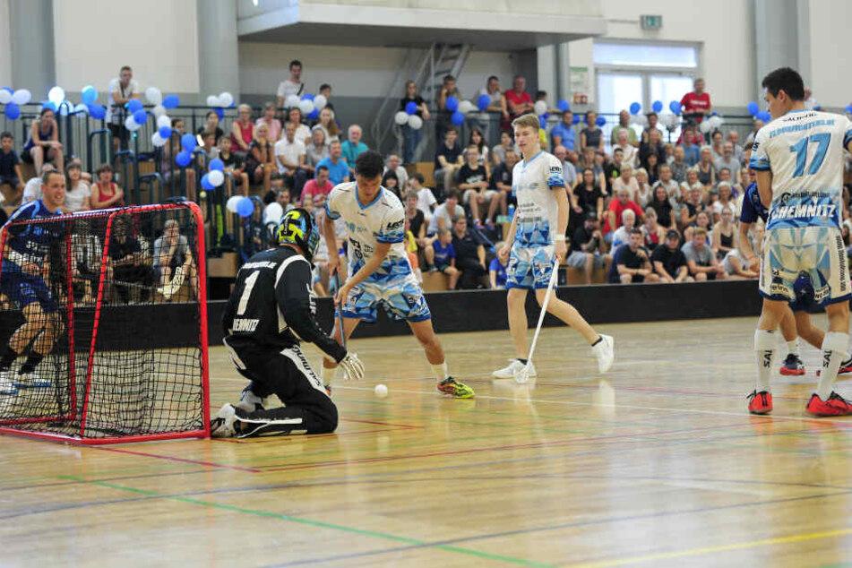 Diese Sportart hieß früher mal anders: Die Floorball-Spieler beim All-Star-Match in der Schlossteich-Sporthalle.