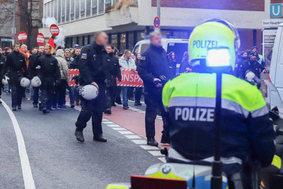 Über hundert Personen hatten sich zu einem Gang durch Köln versammelt.