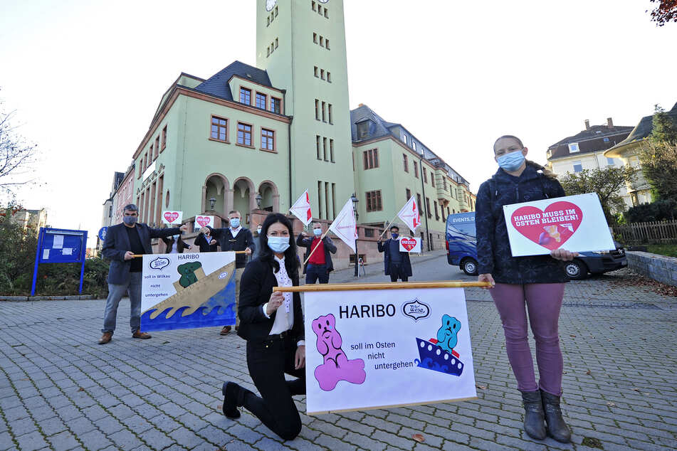 Betriebsräte, Gewerkschafter und Politiker demonstrierten vor dem Rathaus von Wilkau-Haßlau für den Verbleib des Haribo-Werkes.
