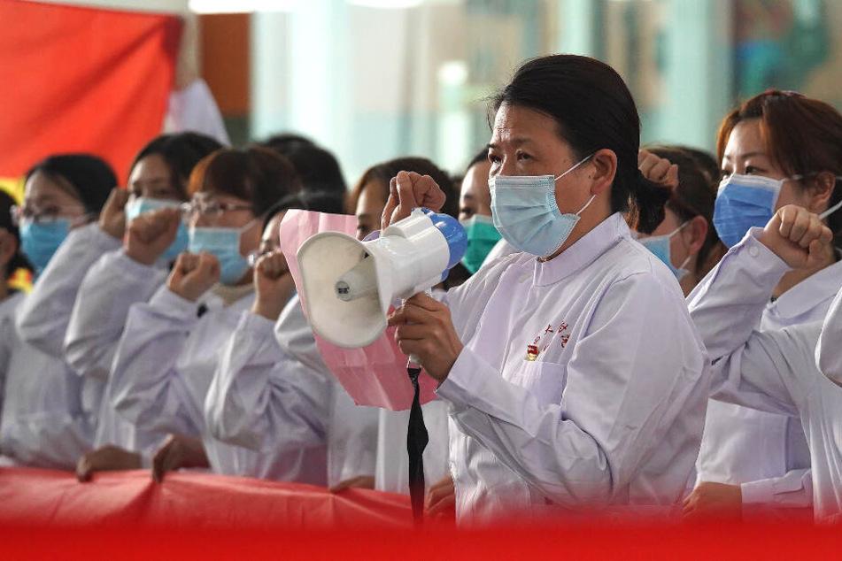 Eine Gruppe Mediziner schwört einen Eid.