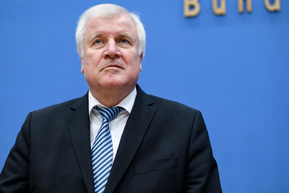 Horst Seehofer auf der Pressekonferenz zu dem umfangreichen Daten-Diebstahl bei Politiker und Prominenten.