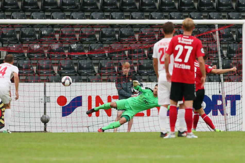 Pascal Sohm (Grossaspach) erzielt per Foulelfmeter den Treffer zum 2:0.