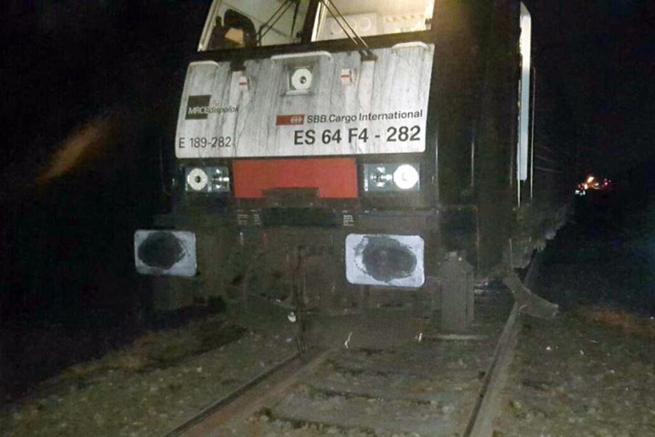 In Dinslaken ist am Donnerstag ein Zug entgleist. Unbekannte hatten einen Geldautomaten auf die Schienen gelegt.