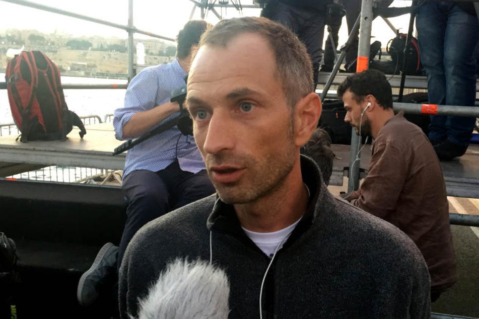 Axel Steier, der Mitgründer von Mission Lifeline, gibt nach der Ankunft im Hafen von Valletta ein Interview.
