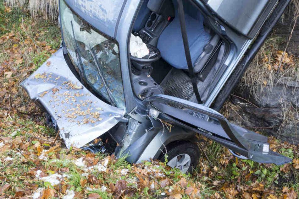Der Fahrer des Pickup wurde vom Rettungsdienst aus dem Fahrzeug befreit.