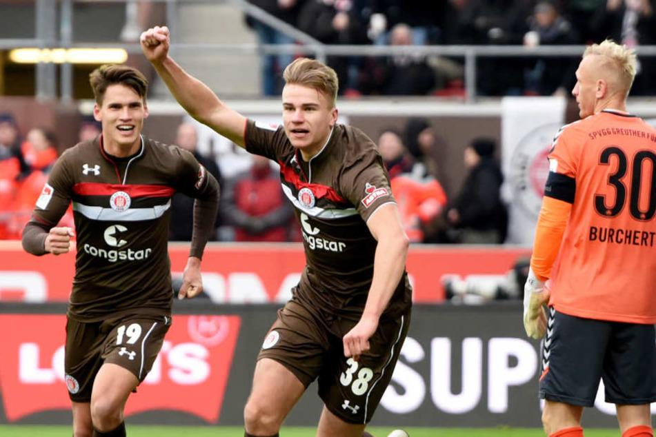 Florian Carstens bejubelt seinen ersten Treffer für die Profis vom Fc St. Pauli.