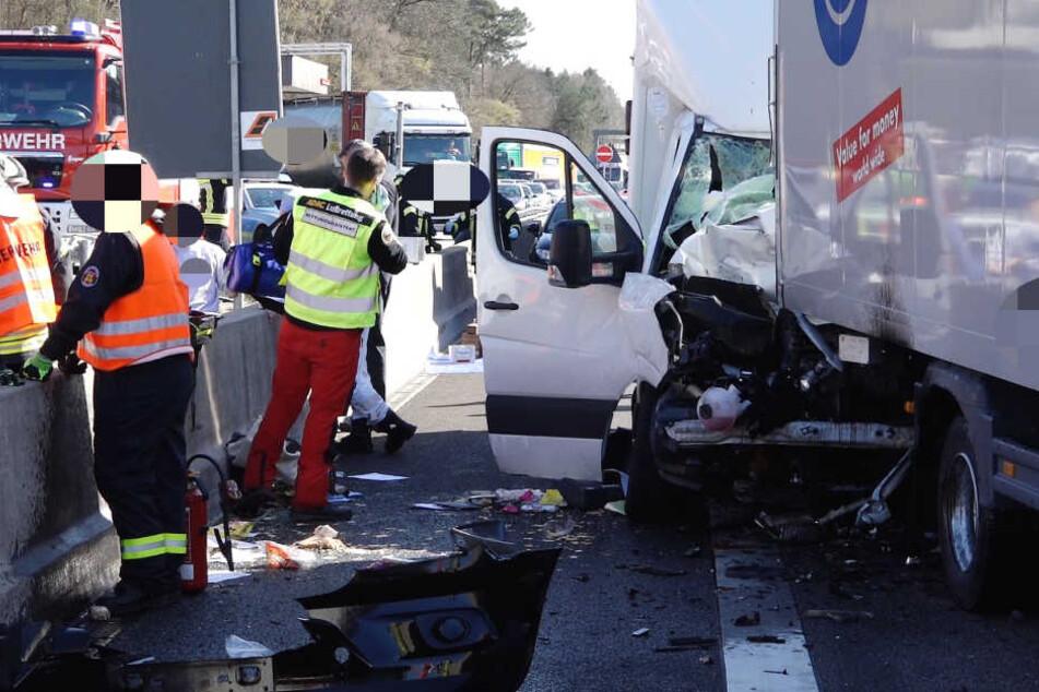 Ein Unfallbeteiligter saß zirka eine Stunde eingeklemmt in einem der Fahrzeuge fest.