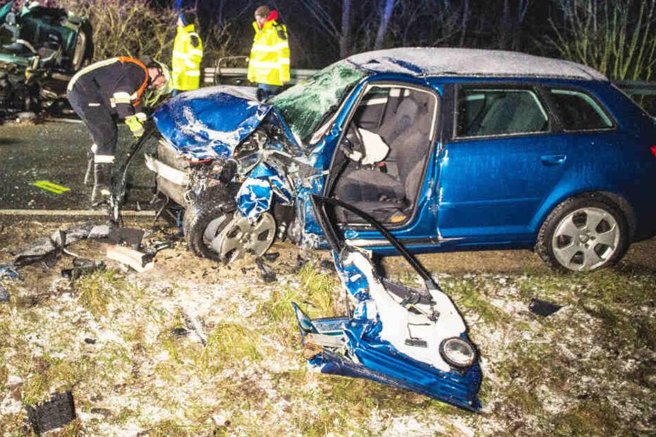 Ein Audi ist nach dem schweren Verkehrsunfall auf der B16A in Bayern völlig zerstört.