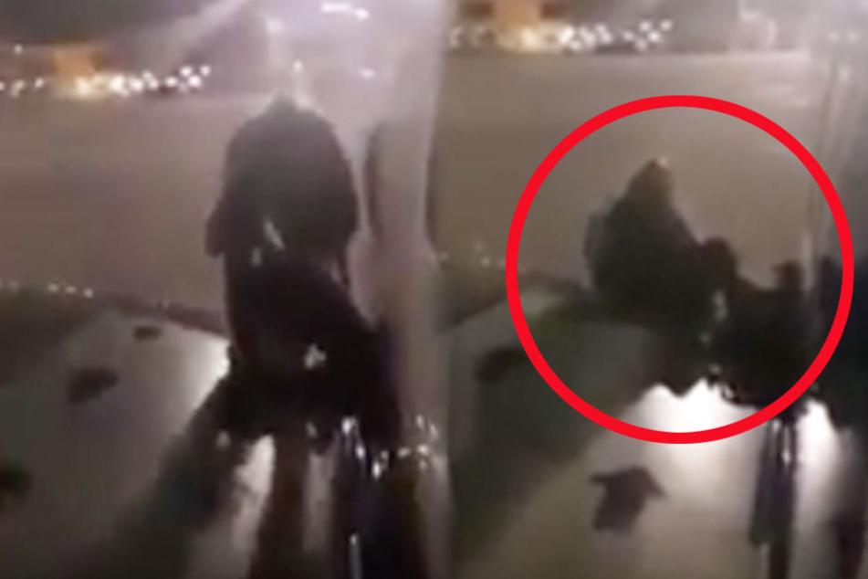 Der Mann öffnete den Notausgang und setzte sich auf die Tragfläche des Flugzeuges.