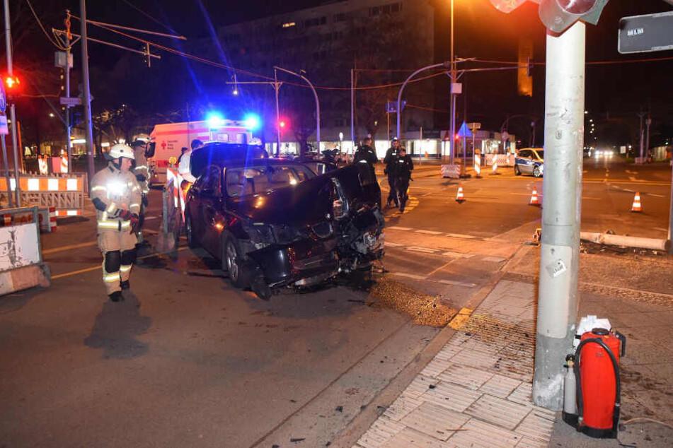 Suff-Crash: BMW nietet Poller um und kracht gegen Verkehrsschild