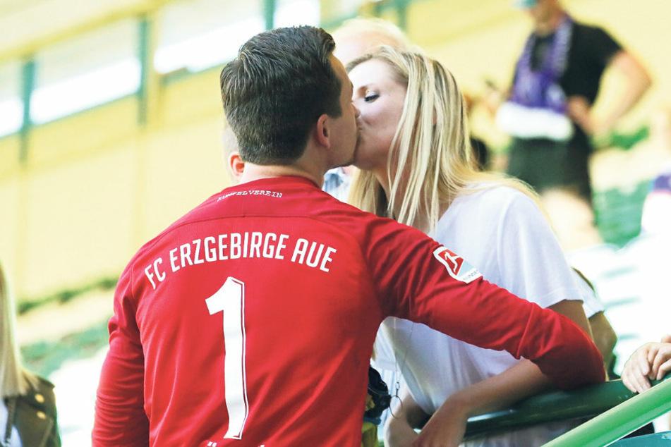 Kuss für die Liebste bzw. den Liebsten: Martin Männel und Ehefrau Doreen.