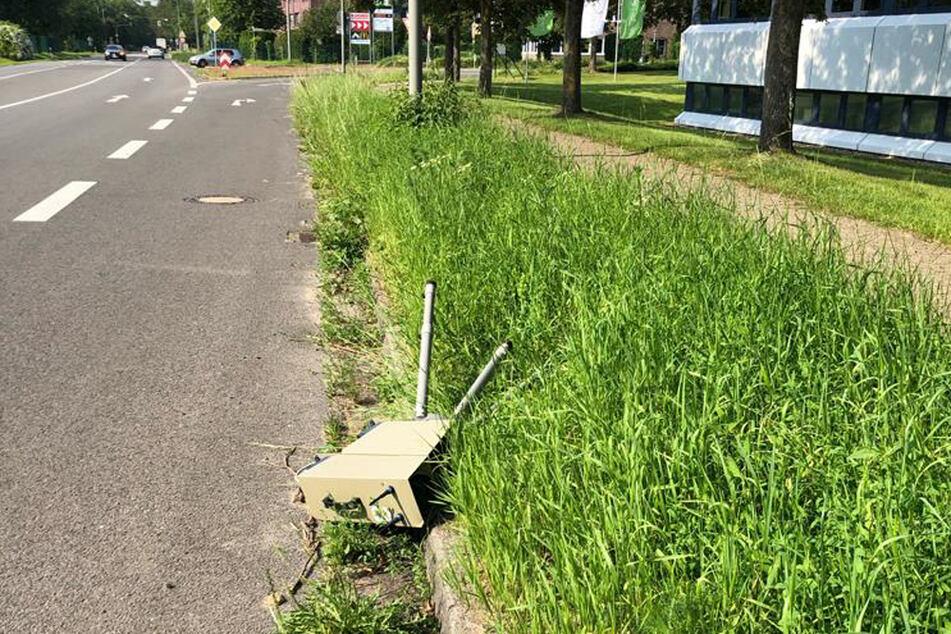 Das Radargerät kippte auf die Straße und wurde durch den Stoß beschädigt.