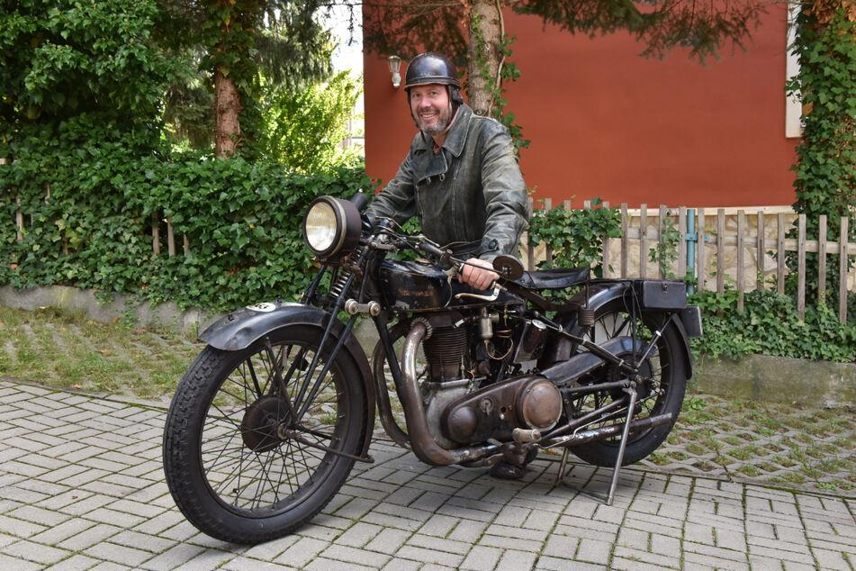 Motorradfahrer Marco Krauß (49) an seiner Standard AS 500 (Baujahr 1928).