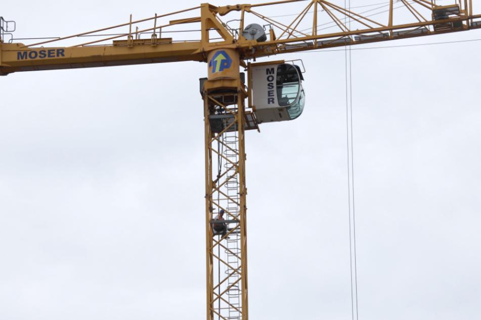 Aus Protest gegen ausbleibenden Lohn haben sich drei Bauarbeiter in Regensburg auf Kränen verschanzt.