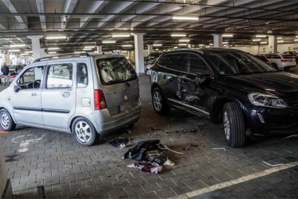 Die Frau war zwischen Opel (links) und Volvo eingeklemmt worden.