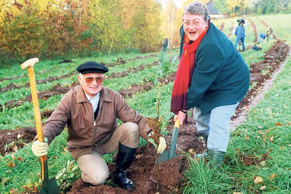 Berühmt und berüchtigt: Grünflächenamtsleiterin Herma Heinze (heute 68) pflanzte 2000 mit Umweltbürgermeister Gerd Bochmann Stieleichen.