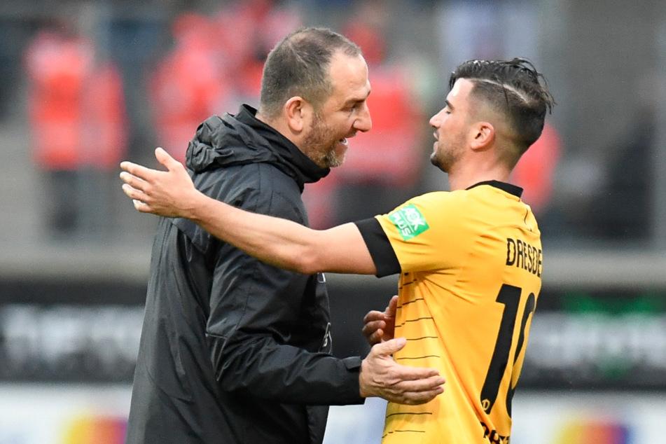 Februar 2020: Heidenheims Cheftrainer Frank Schmidt (l.) spricht mit Dresdens Marco Terrazzino nach Spielende.