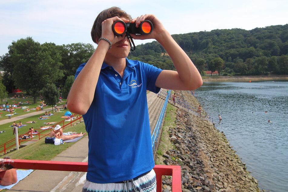 Endlich, Sommer in Sicht! Rettungsschwimmer Paul freut sich.