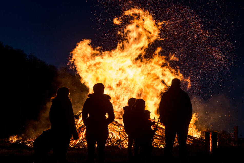 Als die Kameraden der Feuerwehr das Osterfeuer löschen wollten, wurden sie von vier Männern angegriffen. (Symbolbild)
