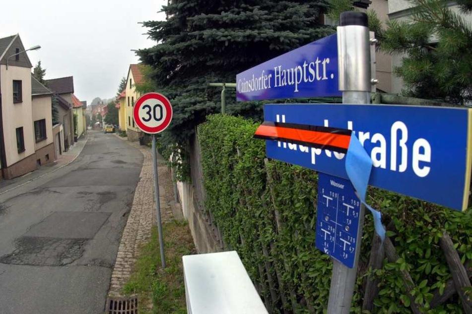 Alarmzustand in Ciansdorf: Die Bergstraße wird halbseitig gesperrt und zur Einbahnstraße. Der Hang gibt nach.