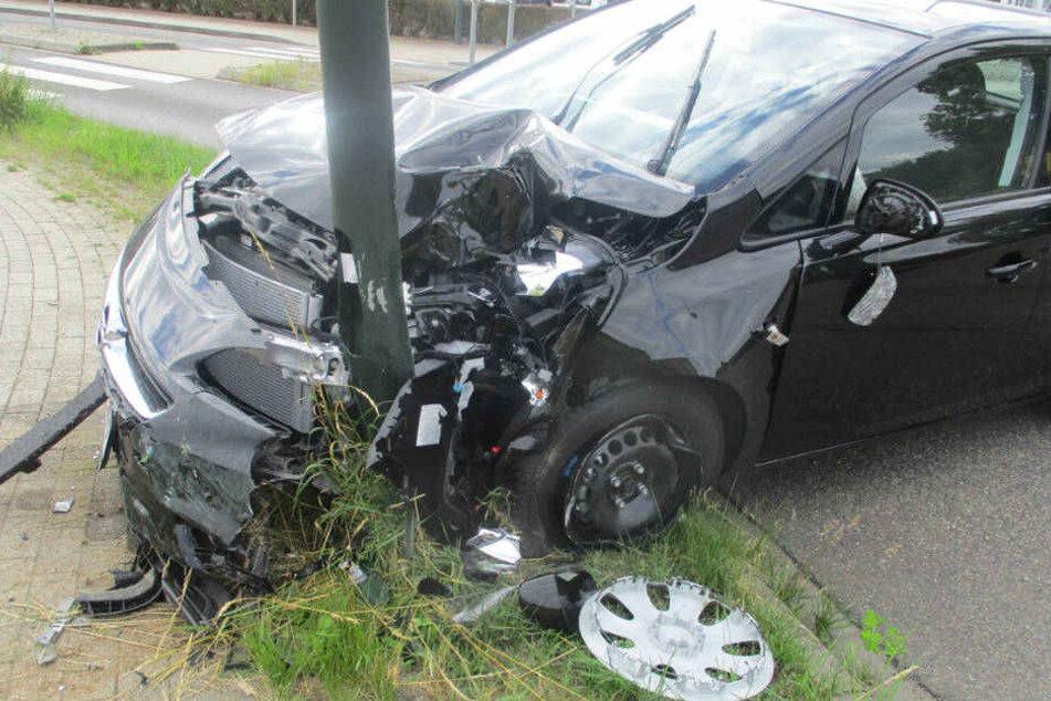 Über zwei Promille: Betrunkene Frau setzt Auto gegen Straßenlaterne