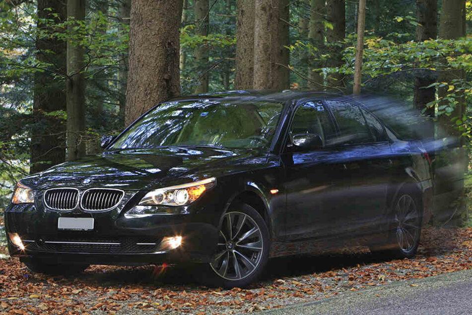 Erst flüchtete der BMW-Fahrer, dann versteckte und verschloss er den Wagen, ließ darin ein Kind (2) zurück.