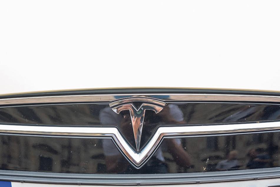 "Das große ""T"" der Energie: Tesla-Logo auf der Front des  Dresdener E-mobil-Taxis."